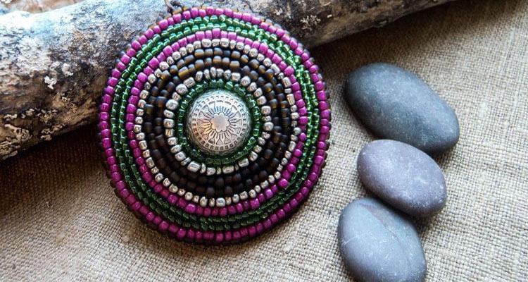 Цветочный кулон из бисера